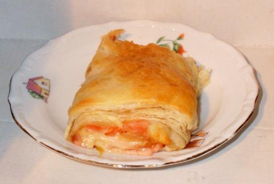 Ciasto francuskie nadziewane serem i szynką