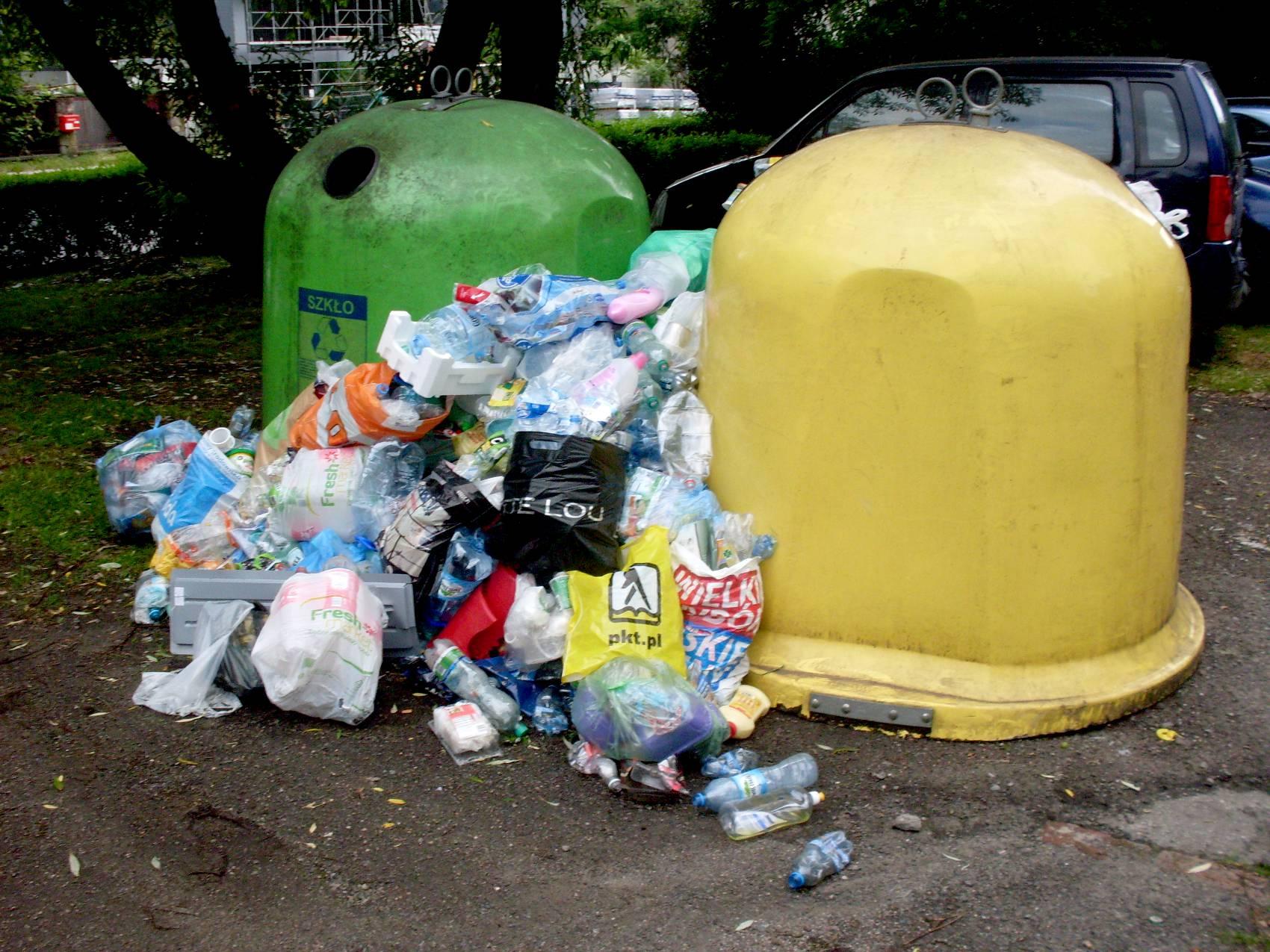Śmieci w plastikowych reklamówkach ułożone koło śmietnika - sytuacja po wejściu ustawy śmieciowej