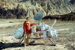 Carl Sagan z modelem lądownika Viking